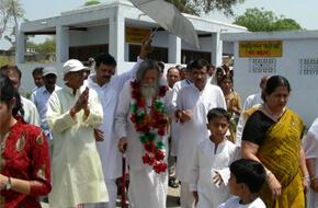 Guruji's walk to Samadhi of baba maluk